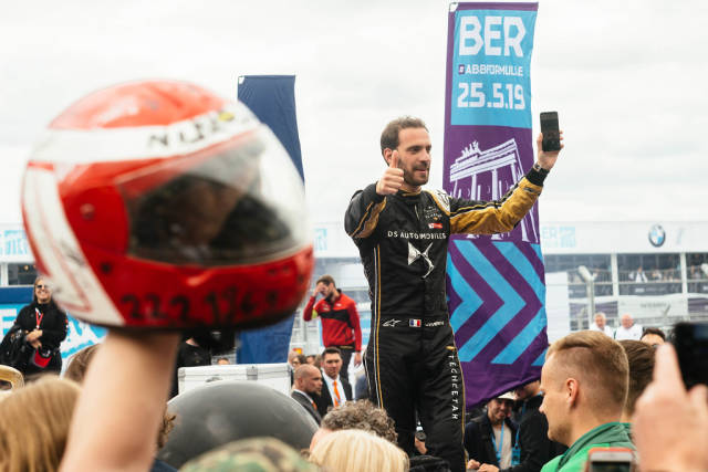 Rennfahrer Jean-Éric Vergne begrüßt Fans vom Podium nach dem Ende des Rennens