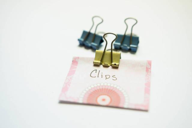 Klemmen und ein Stück Papier mit dem Wort Clips