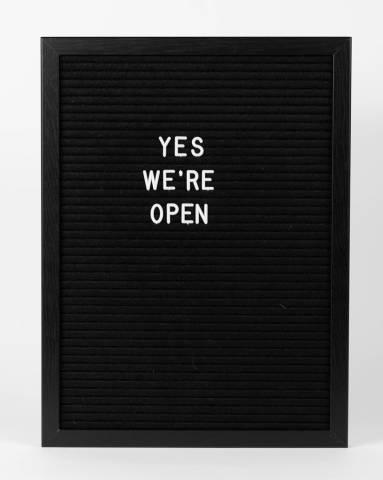 """Schild """"Wir haben geöffnet"""