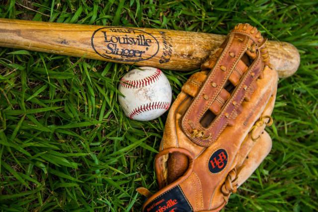 Ausrüstung für Baseball. Schläger, Ball und Handschuh