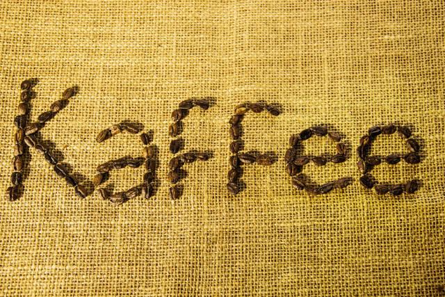 Kaffee geschrieben mit Kaffeebohnen auf einem Jutesack