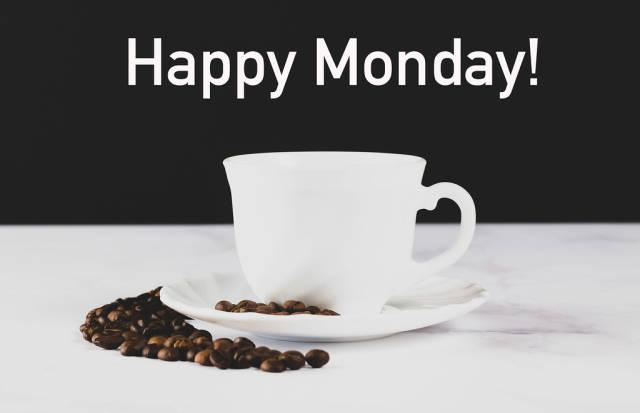 """Weiße Kaffeetasse mit Kaffeebohnen und dem Text """"Happy Monday!"""" - Fröhlichen Montag"""