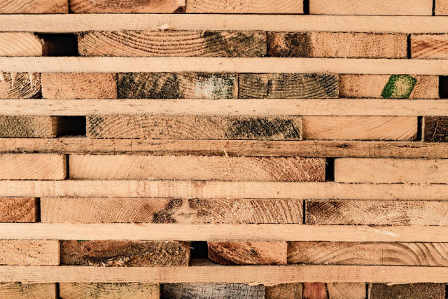 Nahaufnahme von gestapelten Holzbrettern in einem Sägewerk