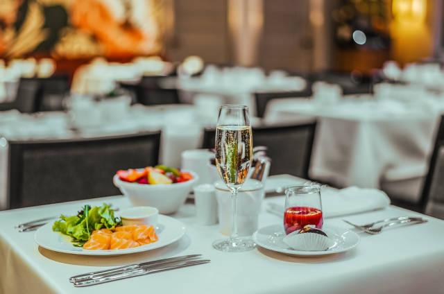 Luxus pur: Lachs und Champagner zum Frühstück