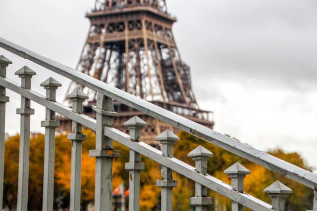 Geländer und der Eiffelturm im Hintergrund