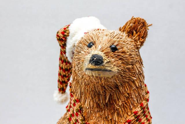 Bär als Weihnachtsdekoration vor weißem Hintergrund