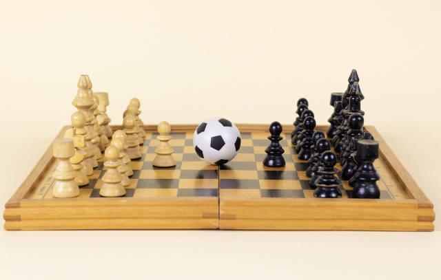 Fußball auf einem Schachbrett