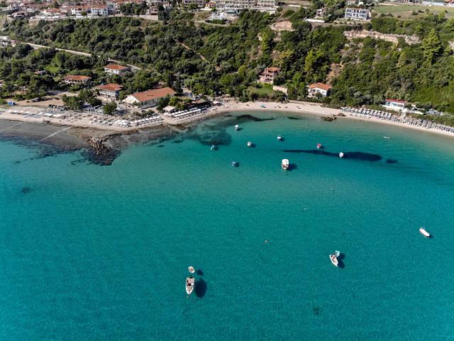 Boote, Strand und Hotels in Afitos, Griechenland