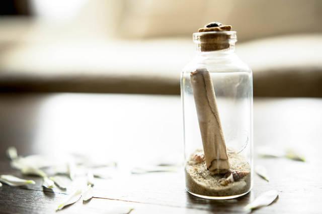 Glasbehälter mit Flaschenpost