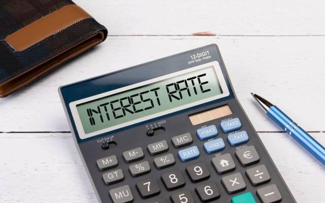 """Klassischer Taschenrechner zeigt """"Interest Rate"""" auf dem Display"""