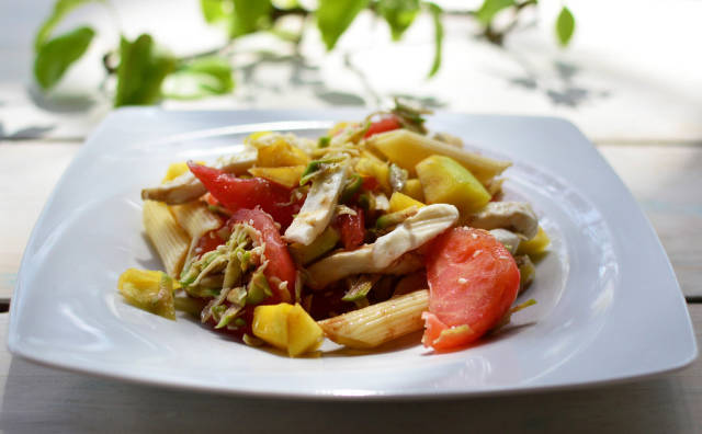Nudeln mit Mozzarella und Gemüse