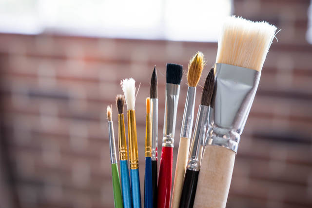Different sizes of paint brushes