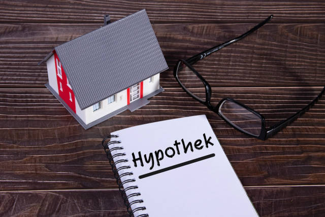 Small house with glasses and notebook with Hypothek text