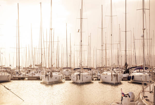 Segelboote bei Sonnenuntergang