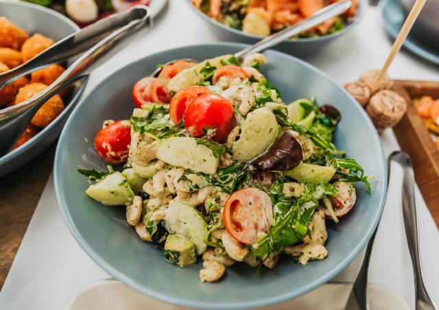 Schüssel mit frisch gemachtem Salat am Frühstückstisch