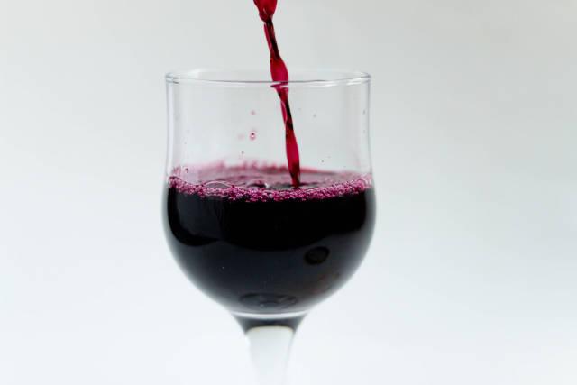 Rotwein wird eingeschenkt