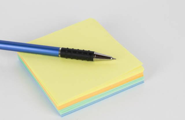 Klebezettel und ein Kugelschreiber