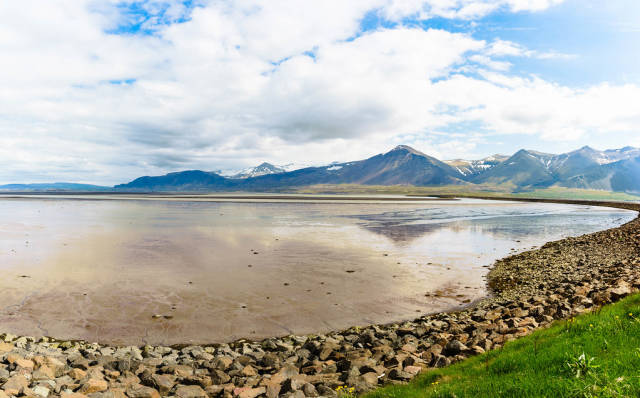 Lake with reflected mountain in Iceland / See mit reflektiertem Berg in Island