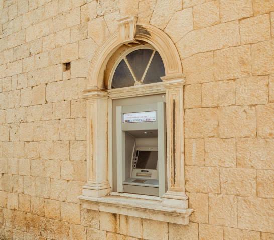 Alter Geldautomat an einer Außenwand