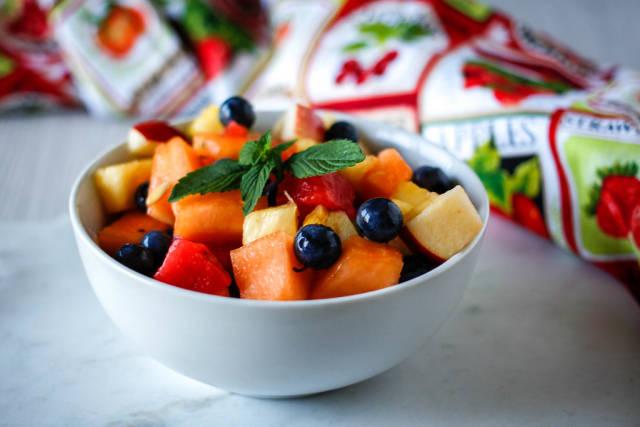 Obstsalat mit Blaubeeren, Wassermelone, Nektarine und Minze