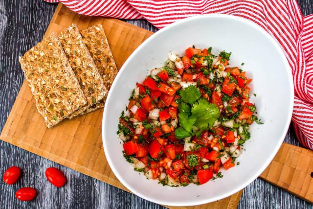 Bruschetta mit Tomate und Cracker in weißer Schüssel
