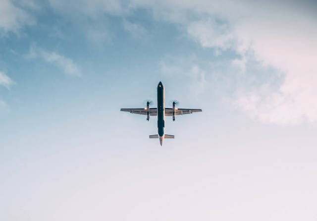 Fliegendes Propellerflugzeug von unten fotografiert