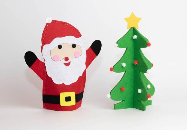 Der Weihnachtsmann neben einem Weihnachtsbaum - Figuren aus Filz