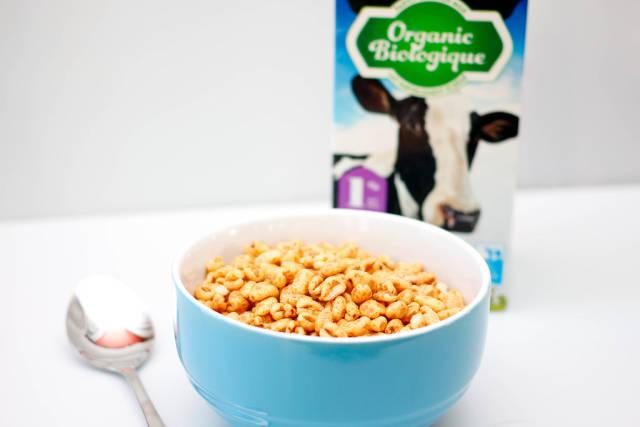 Müsli und Milch vor weißem Hintergrund