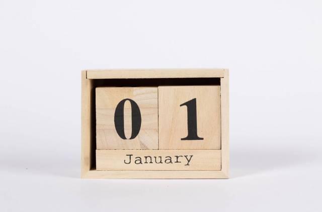 Der Neujahrstag 1. Januar auf Kalender in Form einer Holzkiste