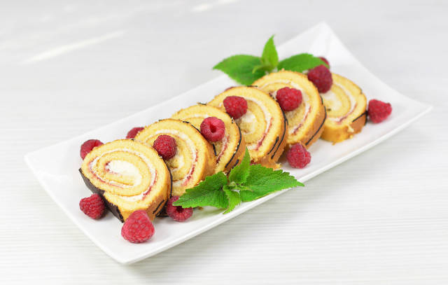 Biskuit-Rolle / Sponge cake with cream and raspberry