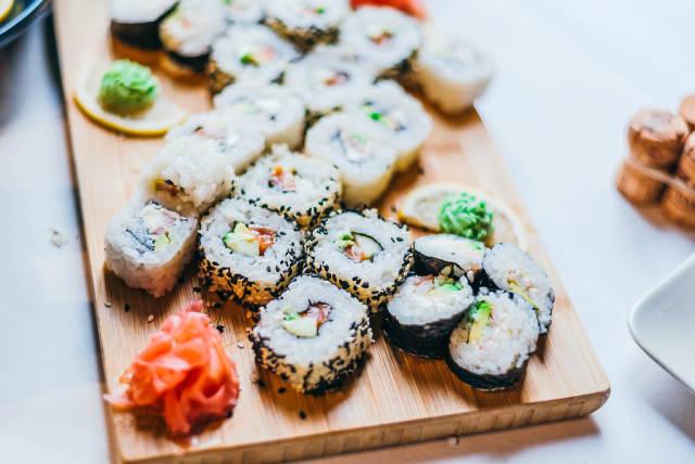 Sushi-Röllchen mit Avocado und Lachs