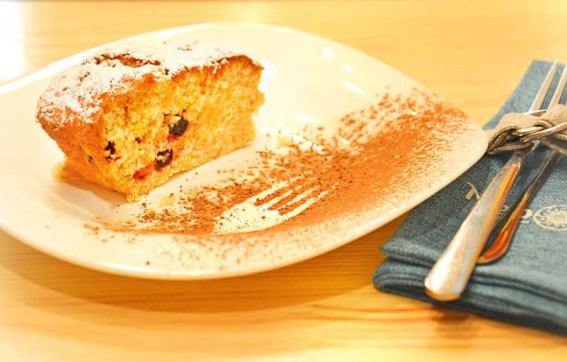 Kuchen mit getrockneten Kirschen
