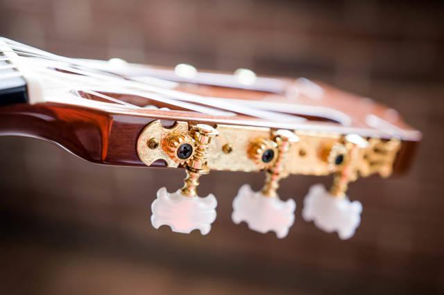 Stimmwirbel einer akustischen Gitarre