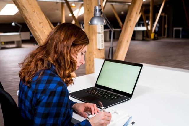 Young woman sketching at work / Junge Frau bei der Arbeit skizzieren