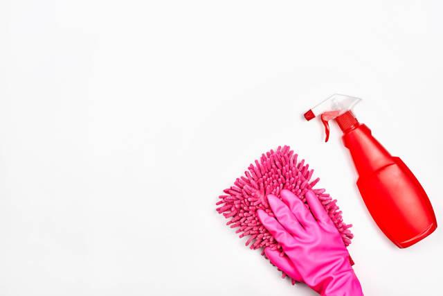 Das Konzept von Sauberkeit: weißer Hintergrund mit Reinigungsprodukten und Platz für Text