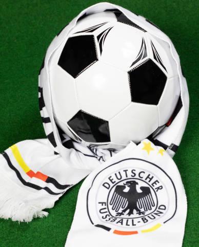 Fußball gewickelt in einen deutschen Fußball Fan Schal