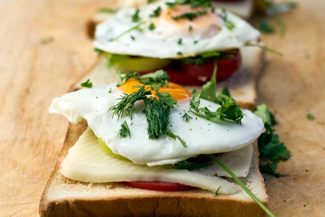 Toasted bread with mozzarella, eggs and tomatoes