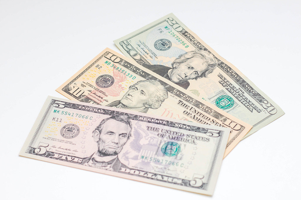 Nahaufnahme von US Dollar Banknoten auf weißem Hintergrund