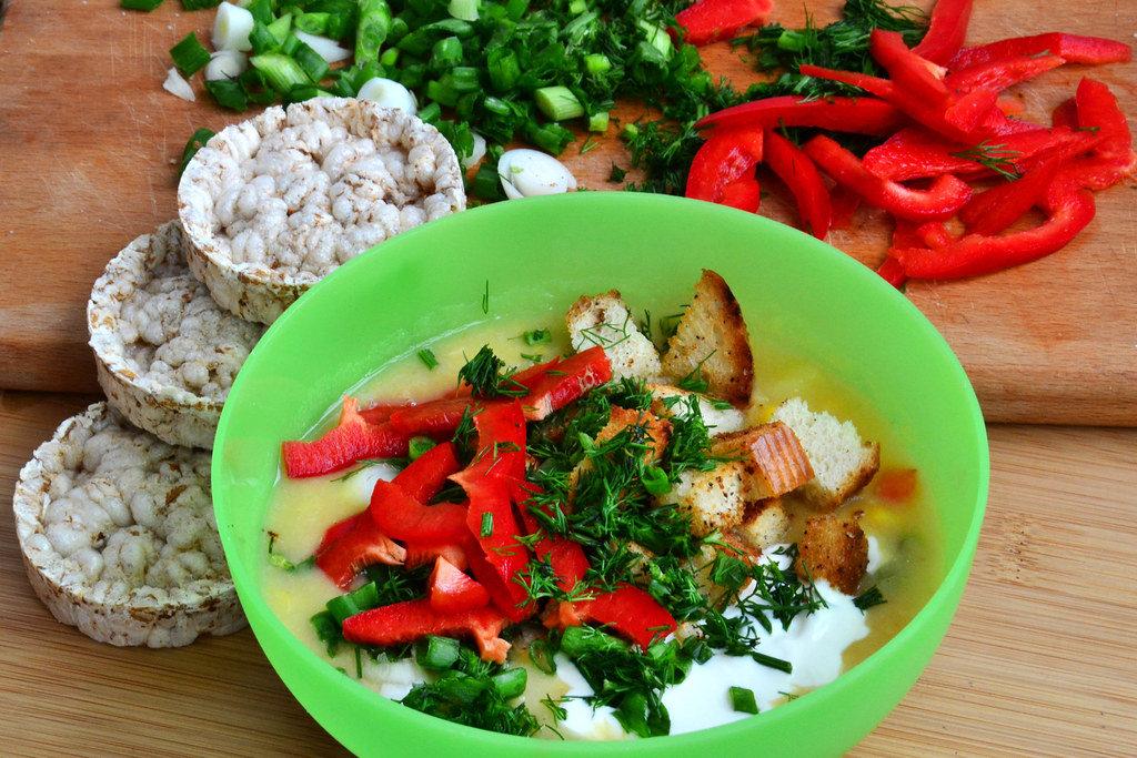 Bohnensuppe (mit Sauerrahm, Croutons und Kräutern)
