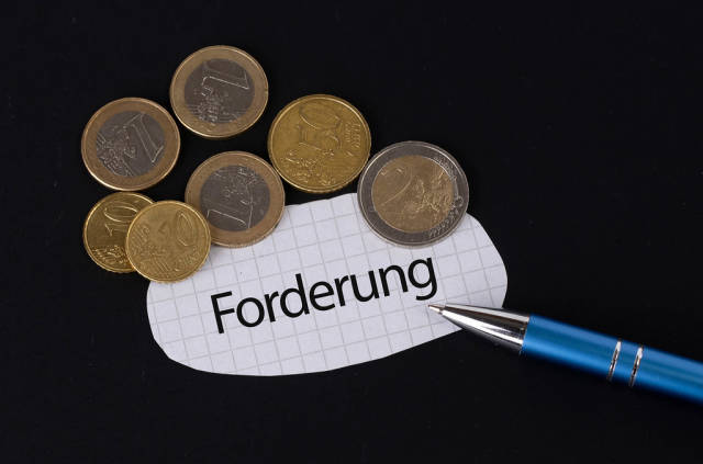Forderung text on piece of paper