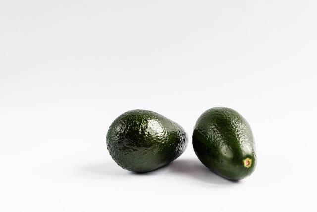 Frische Avocados vor weißem Hintergrund