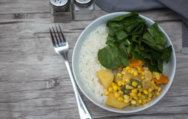 Eintopf mit Mais, Kartoffeln und Paprika. Draufsicht