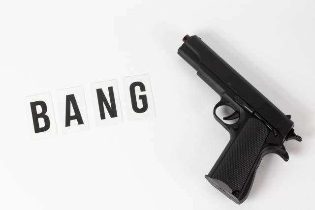 Pistole und Bang geschrieben auf weißem Hintergrund