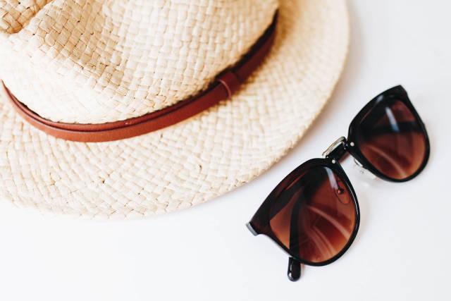 Strohhut und Sonnenbrille. Sonnenschutz im Sommer