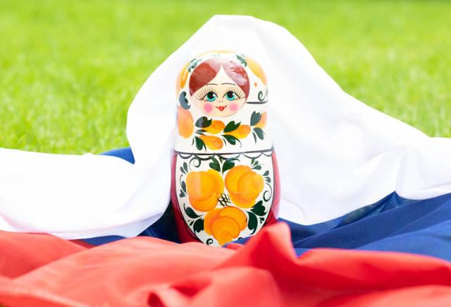 Matroschka und russische Fahne