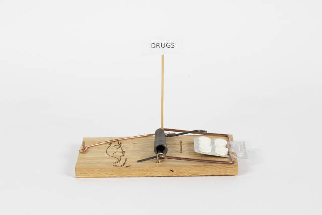 Mausefalle mit Tabletten als Köder. Gratis Medikamente