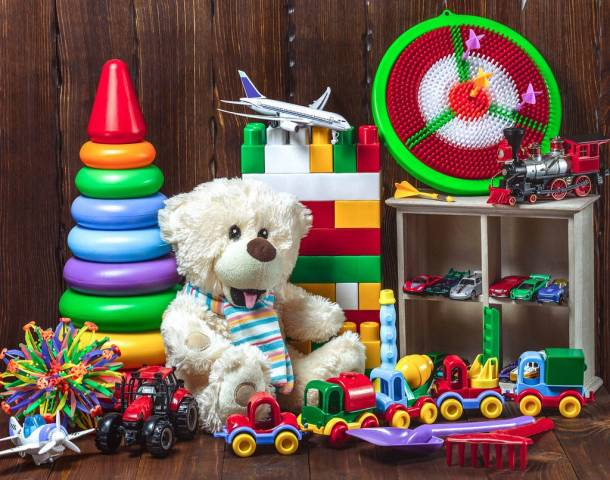 Teddybär mit buntem Kinderspielzeug