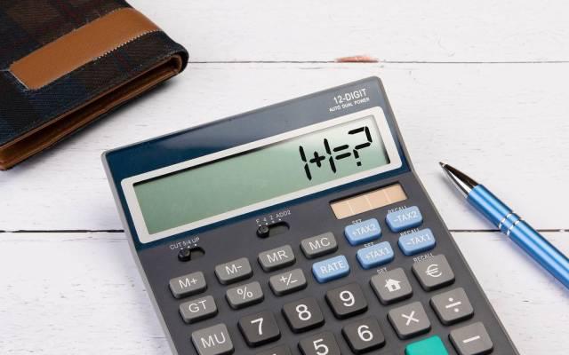 """Klassischer Taschenrechner zeigt """"1+1=?"""" auf dem Display"""
