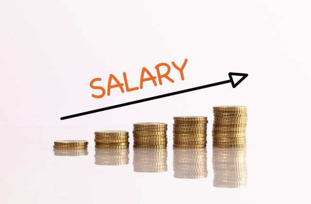 """Stapel aus Münzen mit Pfeil und dem Text """"Salary"""" (Gehalt)"""