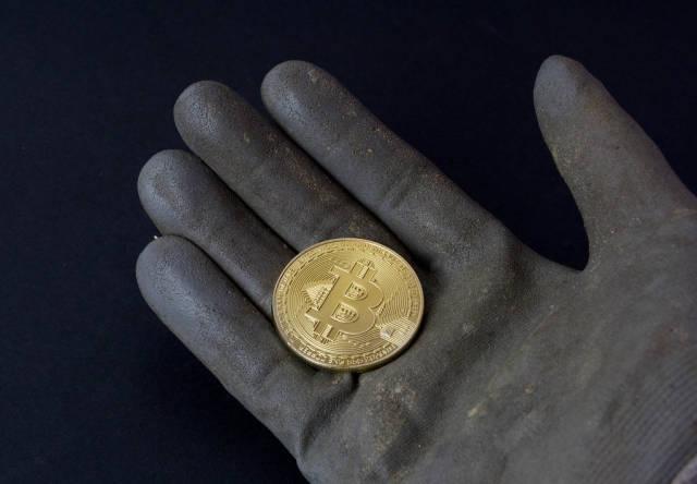 Bitcoin in schmutziger Hand
